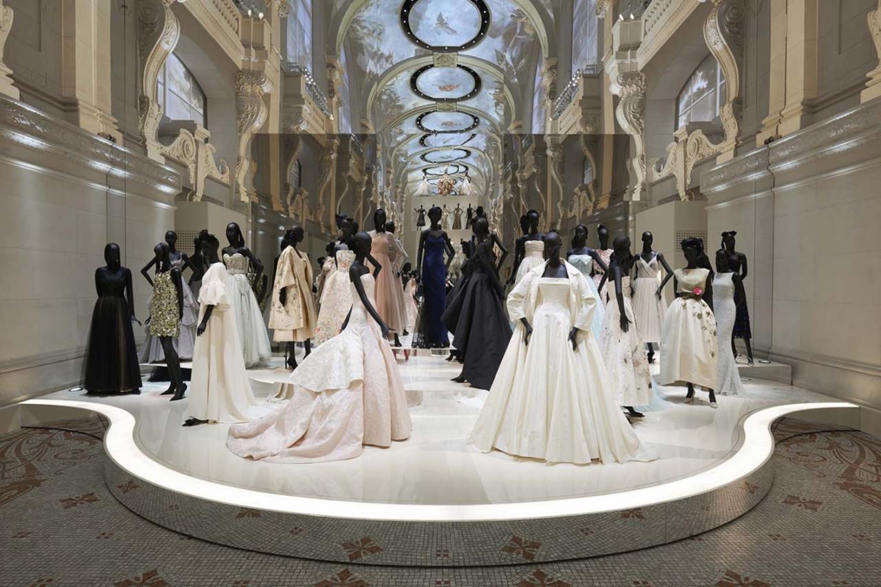 Un gruppo di abiti all'esposizione Dior