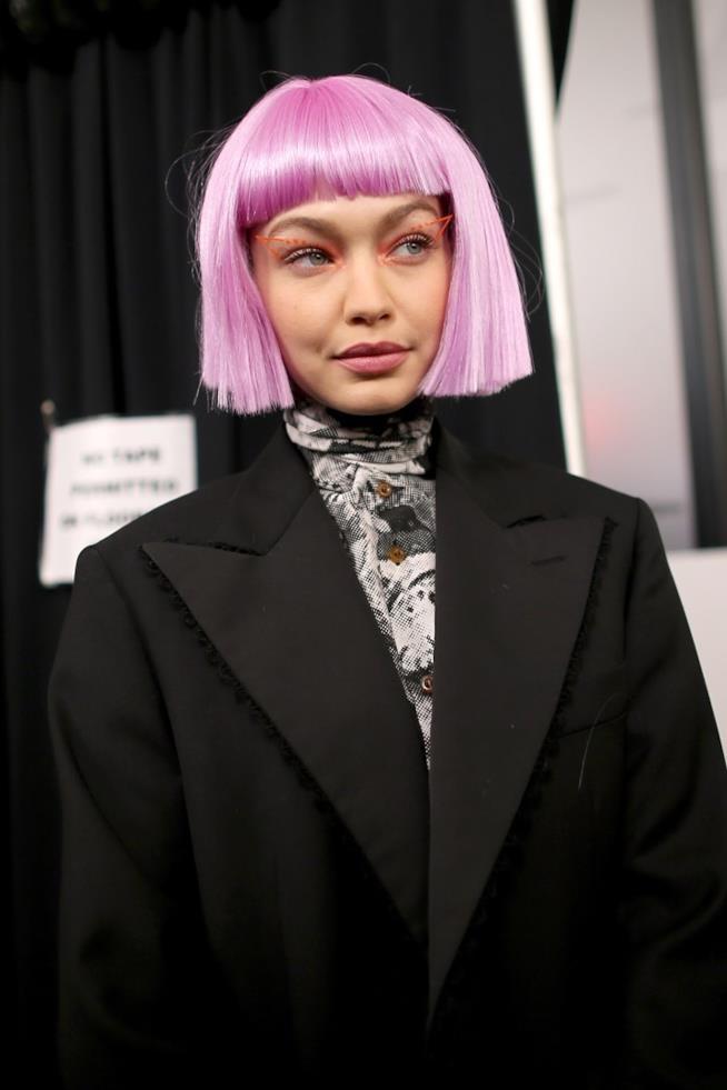 Gigi Hadid con una parrucca violetto