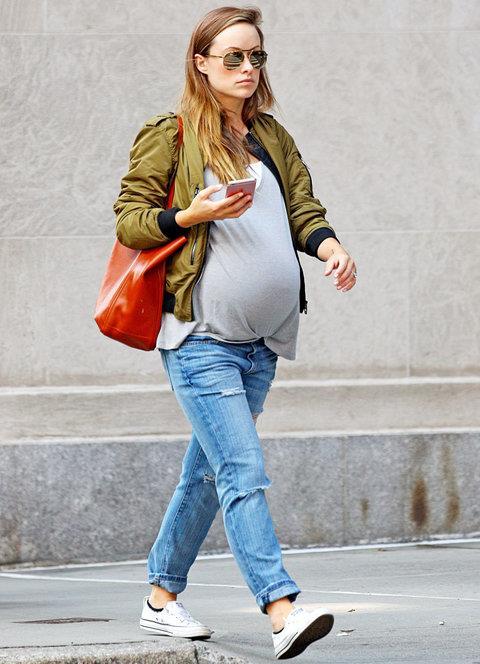 Jeans stretto e t-shirt per Olivia Wilde