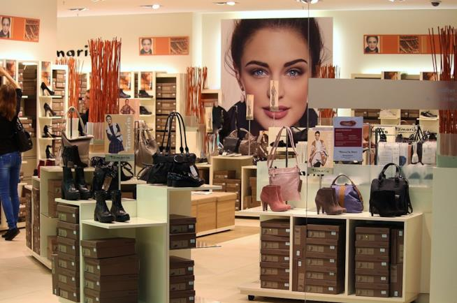 Scarpe e borse esposte in un negozio