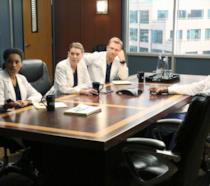 Maggie, Owen e Meredith giudicano Ben seduti al tavolo della sala riunioni del Grey Sloan Memorial