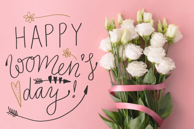Mazzo di rose bianchi con nastro rosa e scritta felice festa della donna