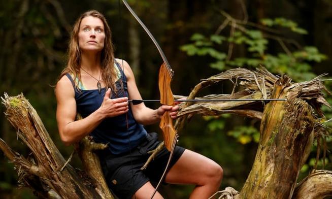 Miriam Lancewood su un albero con il suo arco