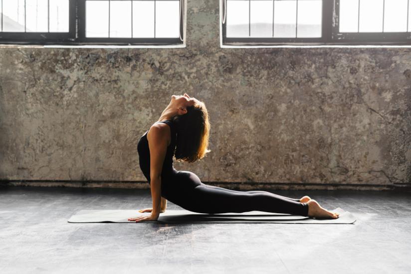 Ragazza impegnata in un esercizio di yoga