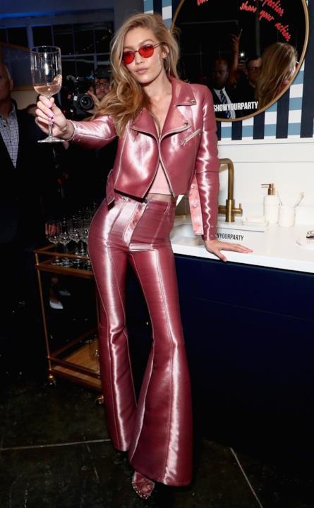 Gigi Hadid posa per una foto al party Vogue Eyewear