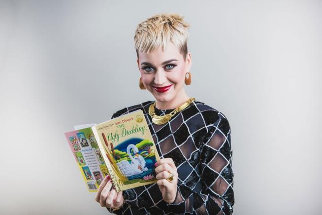 Katy Perry con il suo libro preferito