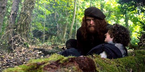 Jamie prende in braccio Fergus, ferito alla mano