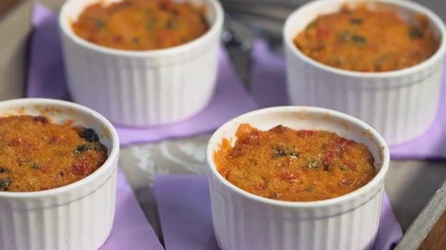 Squisiti tortini farciti con vari tipi di verdure e formaggio fuso