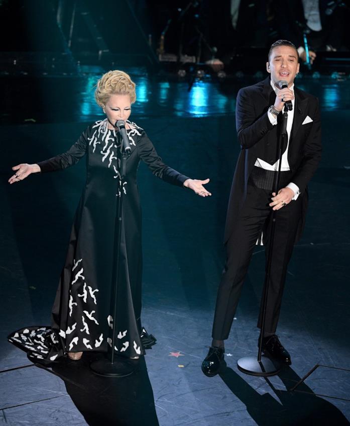 Patty Pravo sfoggia un abito lungo nero