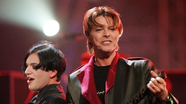 David Bowie con Brian Molko, leader dei Placebo, si esibiscono in un live