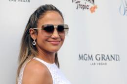 Jennifer Lopez con occhiali da sole