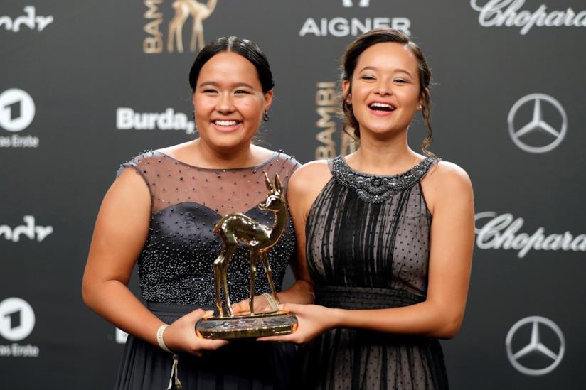 Melati ed sabel Wijsen con un premio per la loro lotta ambientalista