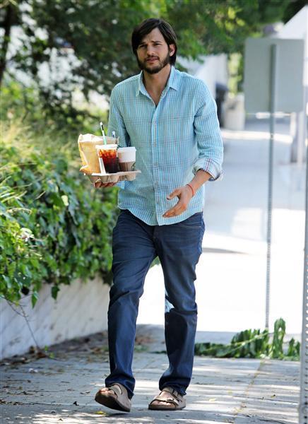 Ashton Kutcher con un paio di sandali