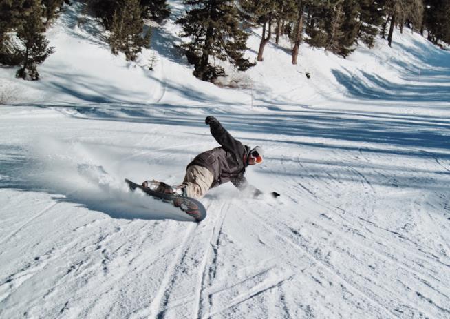 Sciatore con pantalone e giacca da snowboard fa93812ccb4