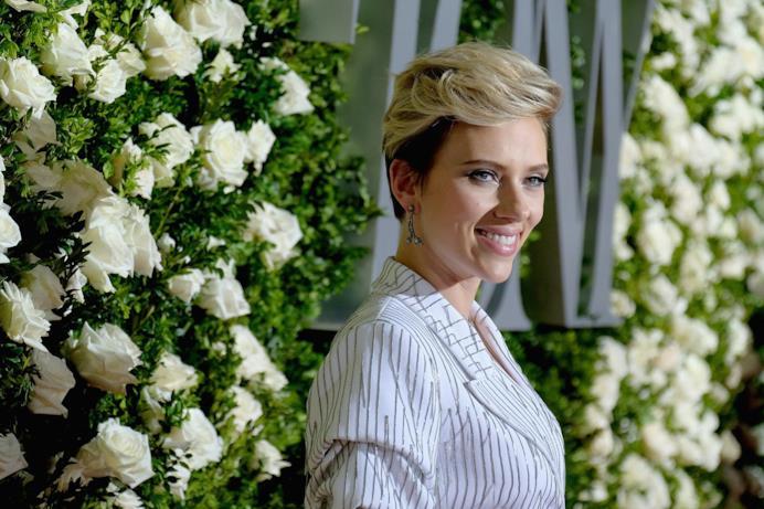 Scarlett Johansson, capelli corti e look-camicia