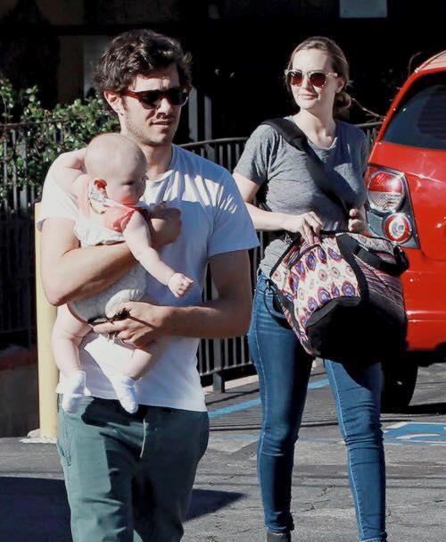 Adam Brody e Leighton Meester con la piccola Arlo