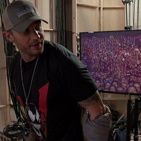 Tom Hardy con la maglietta di Venom presentata a una convention
