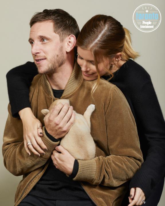 Kate Mara e Jamie Bell con in braccio un cucciolo