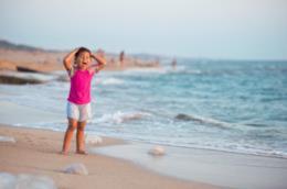 Bambino che urla in una spiaggia con le meduse