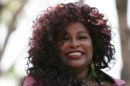 Donna con capelli burgundy