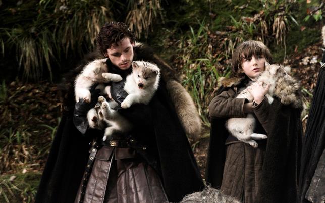 Due cuccioli di metalupi con Robb e Bran Stark ne Il trono di spade