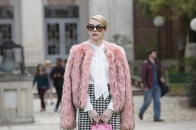 Chanel Oberlin con la pelliccia rosa