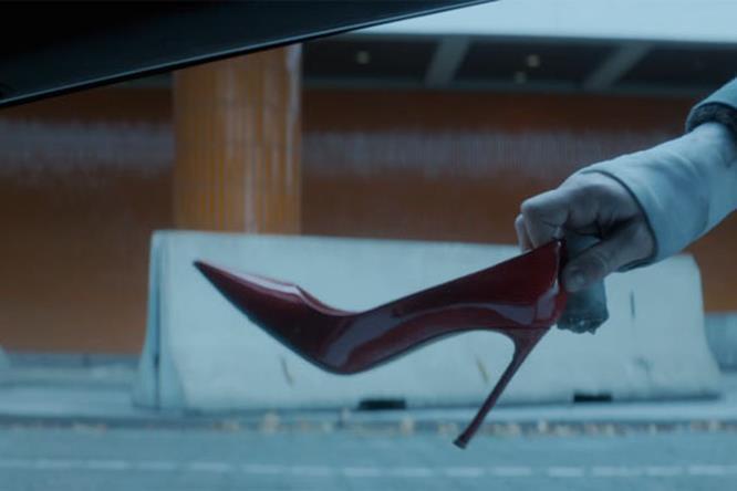 James McAvoy affetta la scarpa Dior in vernice rossa in Atomica Bionda