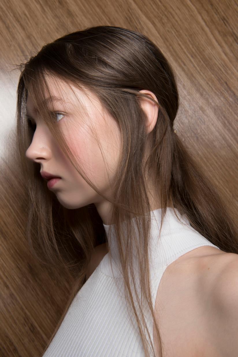 Modella con capelli sfilati e lunghi
