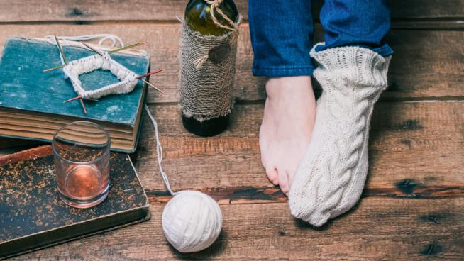 Primo piano dei piedi di una ragazza, dei quali uno è coperto da un calzino
