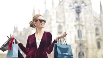 Una donna cammina con le buste dello shopping