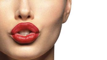 Un primo piano di una bocca con rossetto