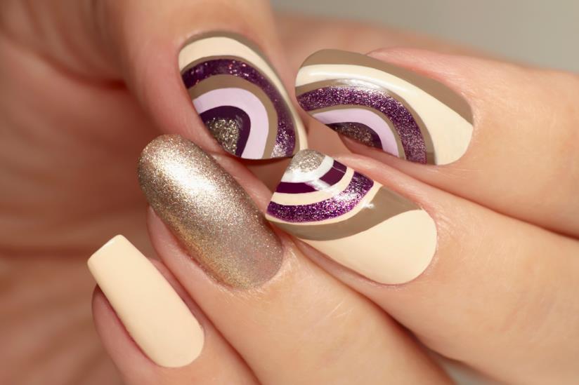 Manicure beige e marrone con disegni e glitter