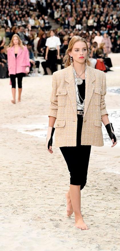 Leggings e pantaloni da biker nella sfilata di Chanel