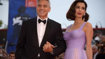 Primo piano di George Clooney e Amal Alamuddin