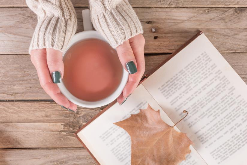 Ragazza con una tazza di tè tra le mani