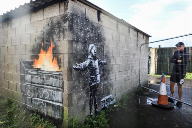 Il bambino e la neve: il nuovo graffito di Banksy denuncia l'inquinamento