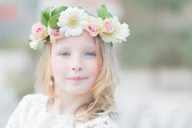 Bambina con corona di fiori