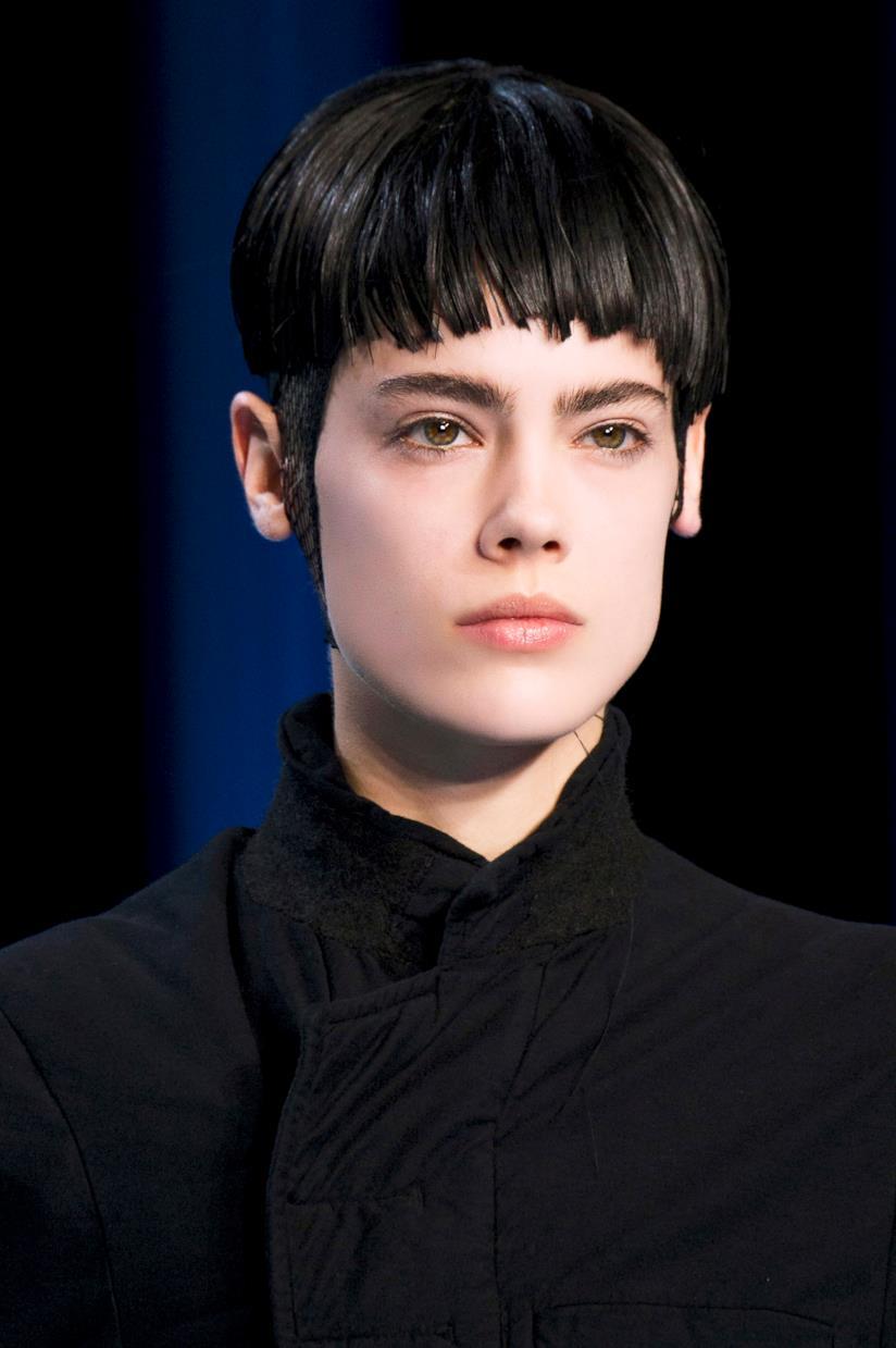 Ragazza con capelli neri corti e frangia