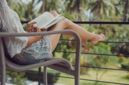 Ragazza legge un libro in terrazza