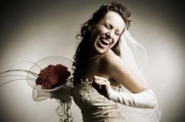 Lui non si presenta al suo matrimonio, lei festeggia