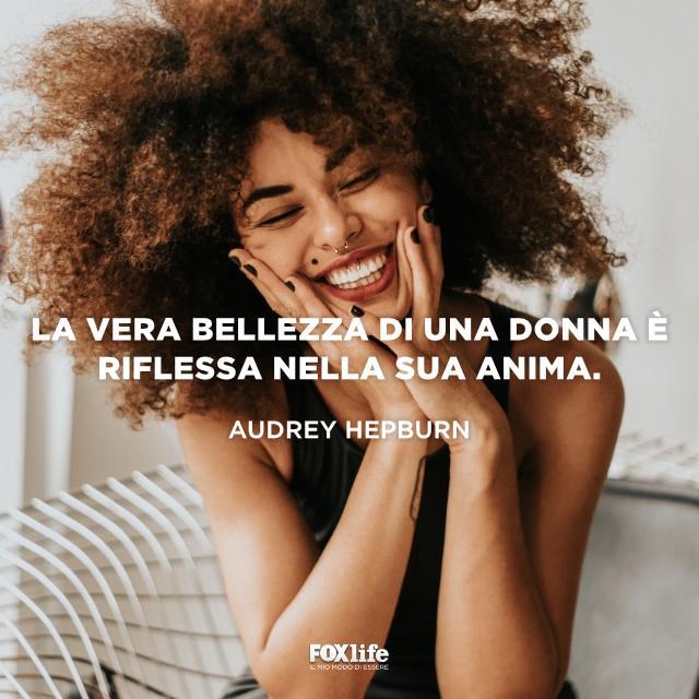 Donna di colore che sorride felice