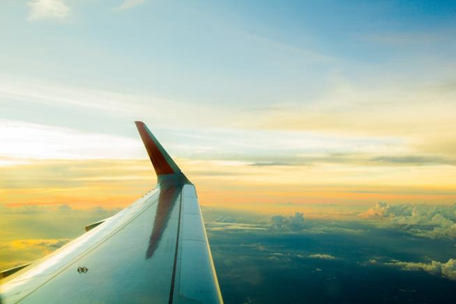 L'ala di un aereo al tramonto.