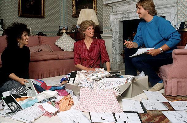 Diana in una foto con Elizabeth e David Emanuel