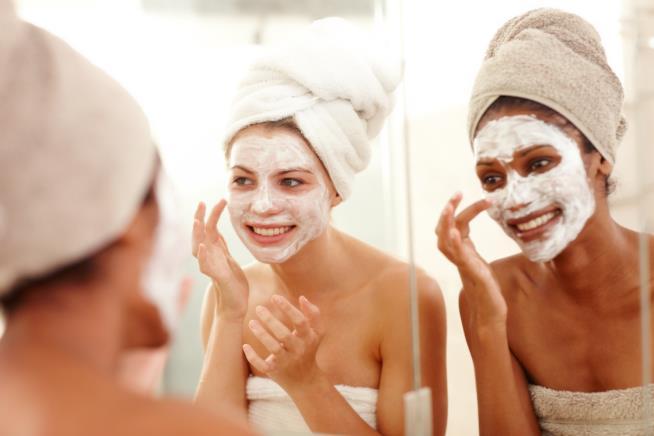 Ragazze con la maschera viso per pelle arrossata