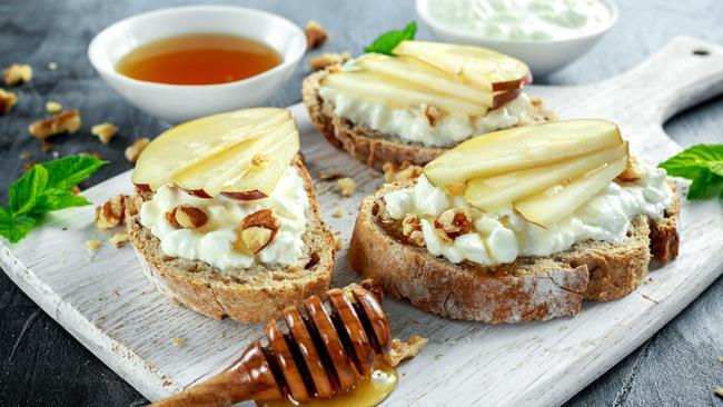 Crostini di pane con caprino, miele e noci