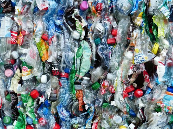 Blocco di bottiglie di plastica