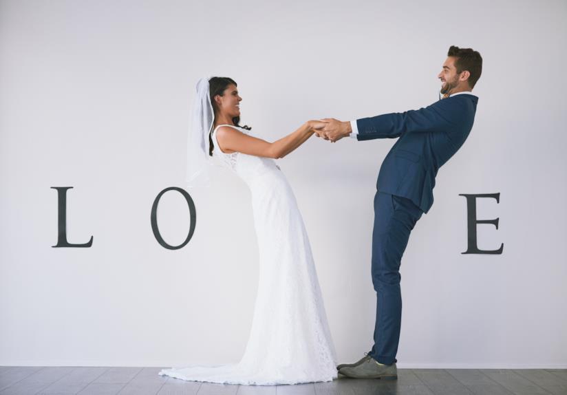 Due sposi che formano la scritta love.