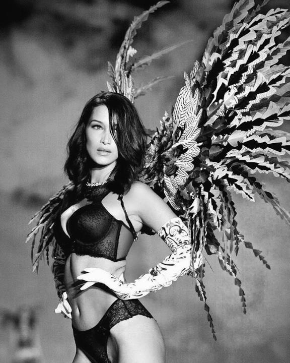 Bella Hadid nella sfilata di Victoria's Secret