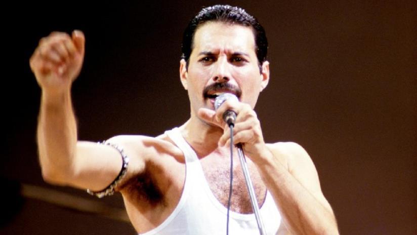 Freddie Mercury sulpalco di Wembley nel 1985