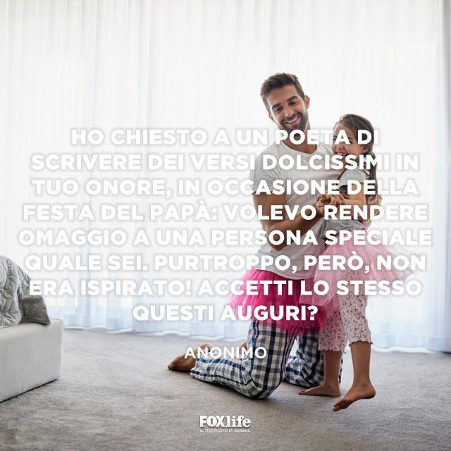 Padre e figlia giocano insieme